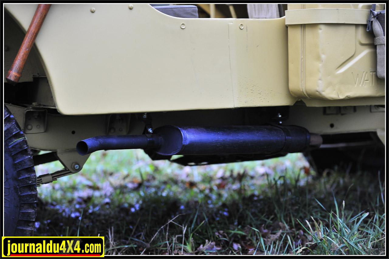 """Les dessous de ce Willys restent d'origine, les jantes de combat sont dans le coup et les pneus respectent le dessin d'origine. On peut noter ici, que pour des raisons de portance dans le sable, les Jeep SAS furent souvent équipées de pneus """" Ballon"""", sans réel relief et plus large. Certain essais furent effectués avec des pneus d'avions qui s'avérèrent  efficaces mais trop lourds."""