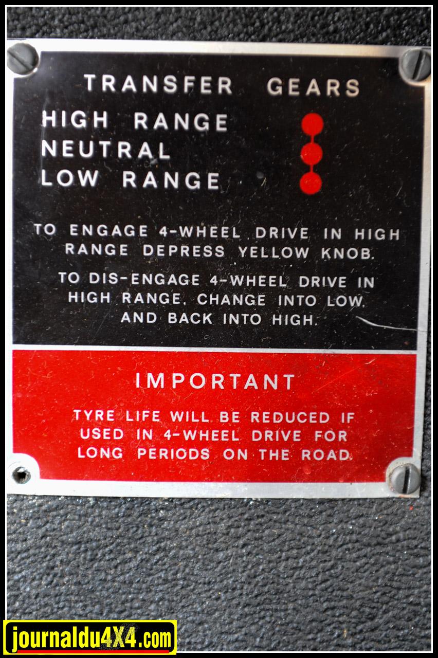 La plaque d'indication de passage en 4 roues motrices située devant les leviers de vitesse.