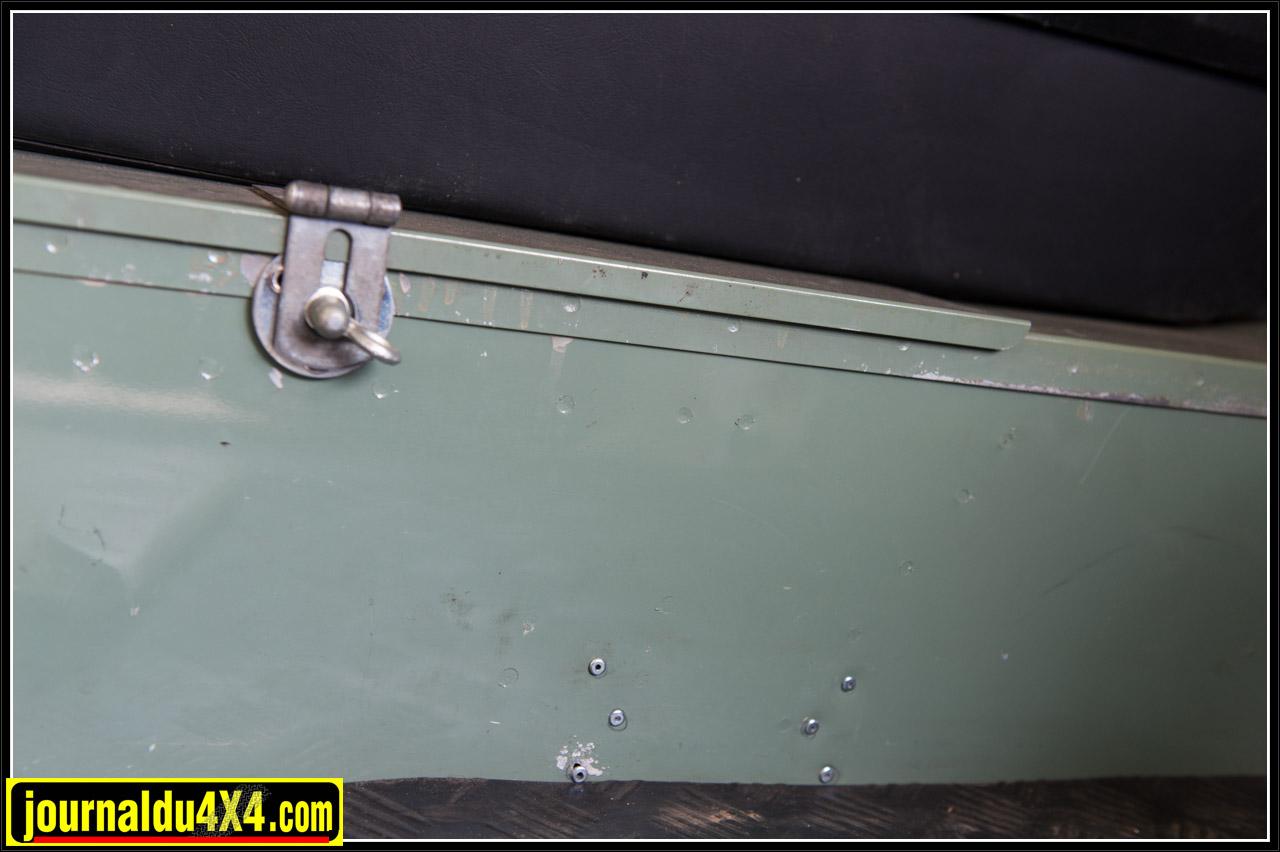 Détail du coffre de la benne qui est resté dans la couleur d'origine du véhicule