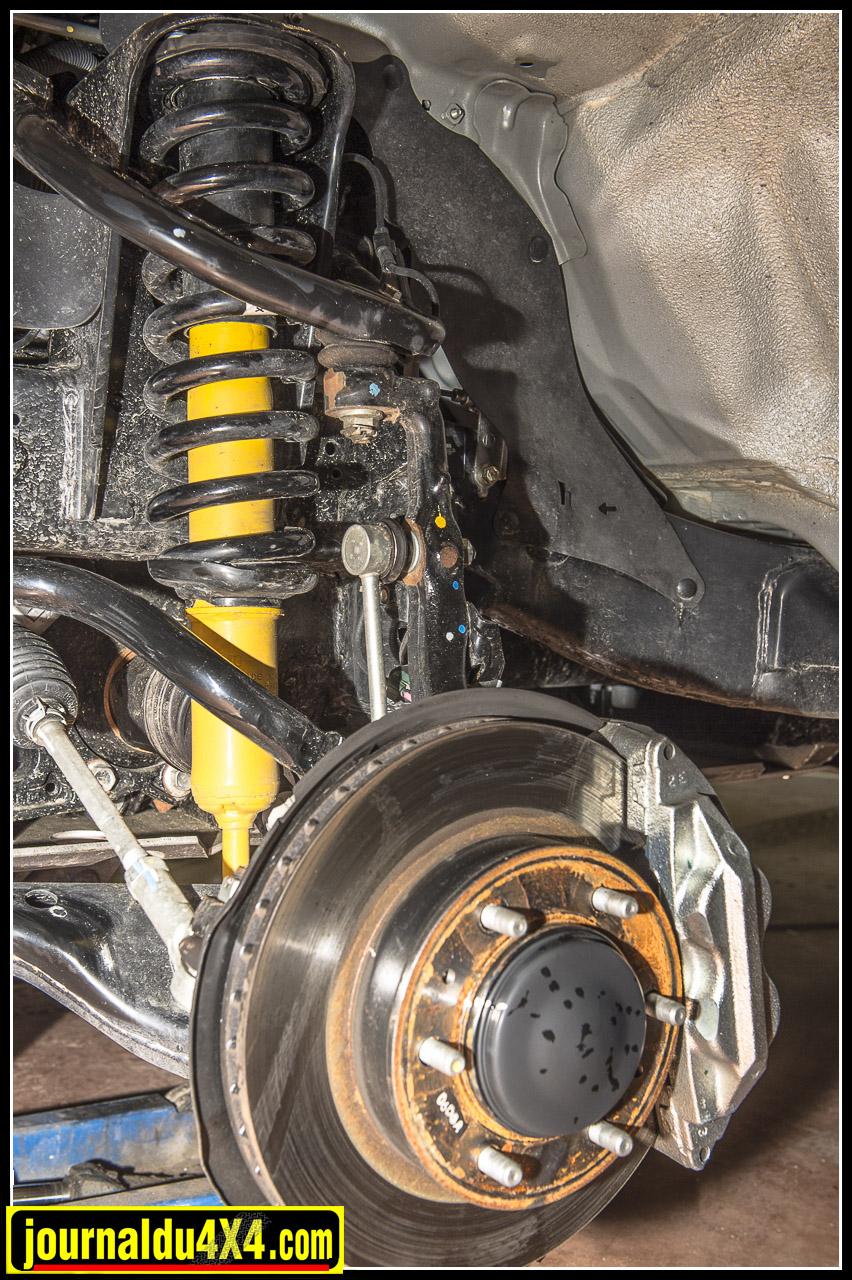 suspension : les amortisseurs OME Nitrocharger Sport sont couplés à des ressorts OME à l'avant, ici ils osnt en version medium + 5cm