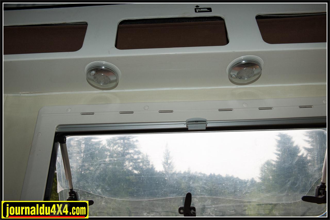 Spots d'éclairage situés au-dessus des fenêtres