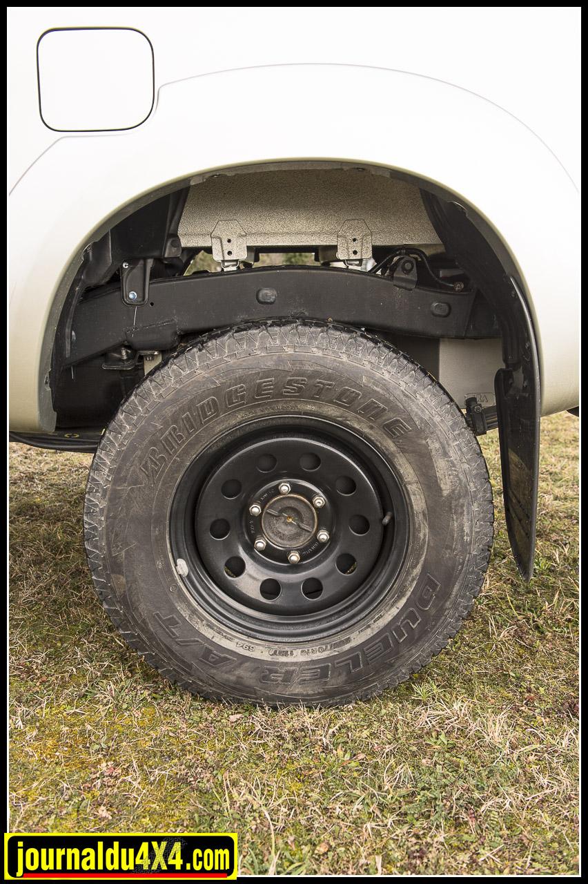 Le choix sur les pneumatiques s'est porté sur du Bridgestone Dueler AT en 265/70/16