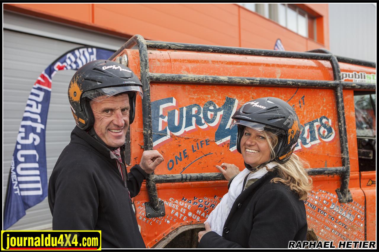 Franck et françoise posent avec leur casque Axel Offroad