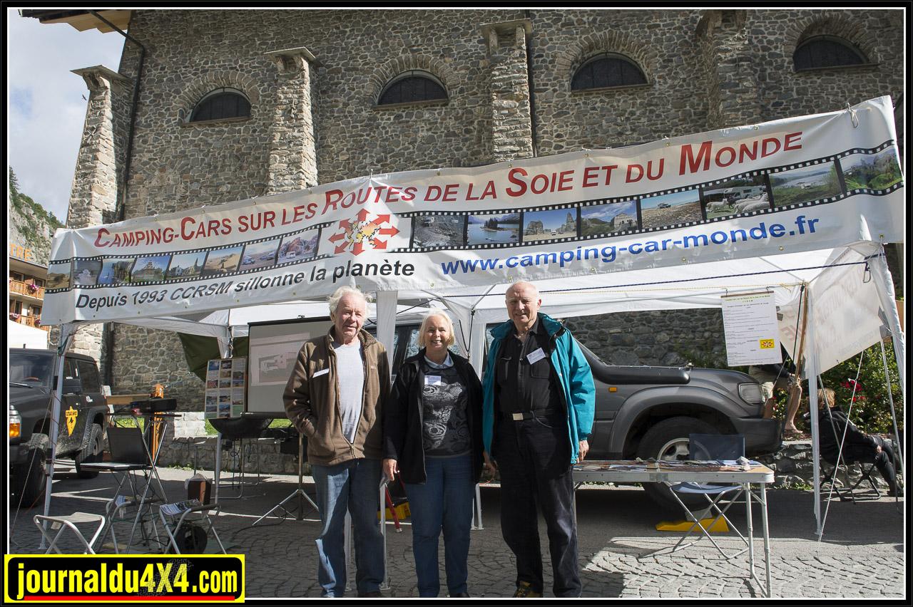 camping_car_et_4x4_sur_les_routes.jpg
