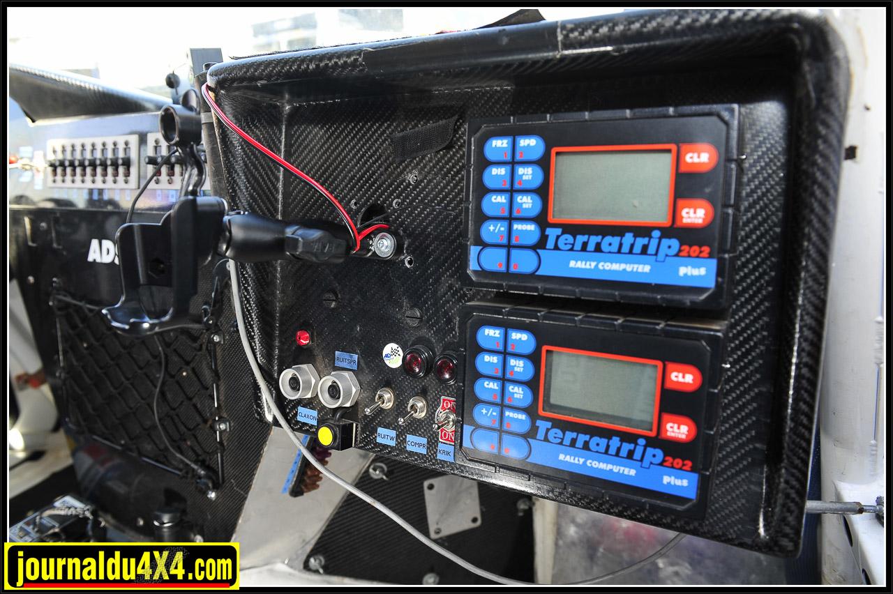 Côté copilote, on a fait dans le support d'instruments caréné. On dispose de deux Terratrip 202+ et de toute la connectique prémontée pour les éléments de navigation (ERTF) et sécurité (Iritrak), fournis par l'organisation du Dakar.