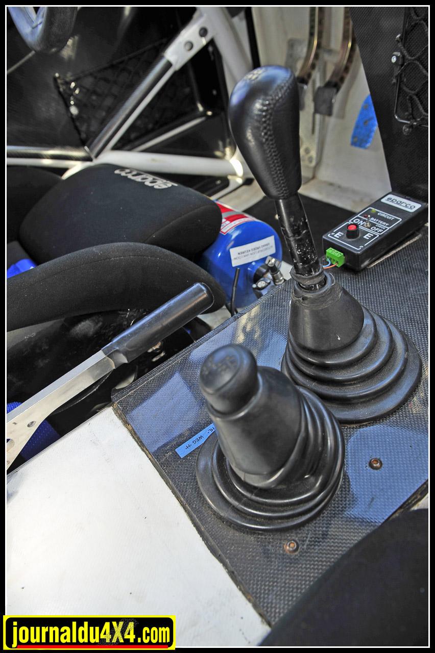 Prévu telle une auto d'assistance rapide engagée sur la piste du Dakar, ce Rav 4 ne dispose pas d'une boîte séquentielle. Il reprend le boîte 6 rapports d'origine Toyota d'un Land Cruiser 120.