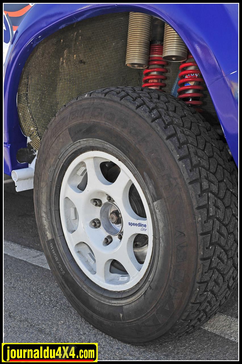 Ce Toyota est chaussé de pneus BF Goodrich G1 en 245/80 x 16, montés sur des jantes Speedline Corse.