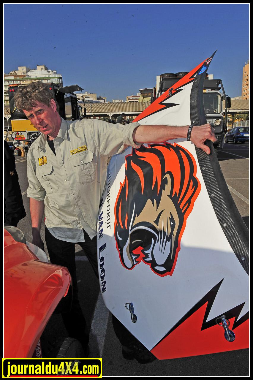 à 45 ans, Lion Van Loon s'est offert le Toyota de ses rêves. Professionnel de l'automobile, il se lance ainsi pour la première fois sur un Rallye raid amateur; Le Tuareg 2012 au Maroc.
