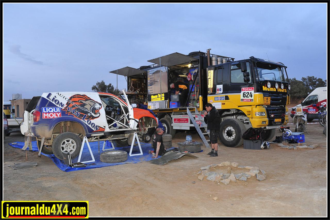 Comme toutes ces autos  prototype T1, impossible de s'imaginer s'aligner sur un Rallye raid sans une assistance bien outillée. Qu'il s'agisse d'un simple rallye sans prétentions typé Tuareg ou d'un Dakar, la maintenance à prévoir est conséquente.