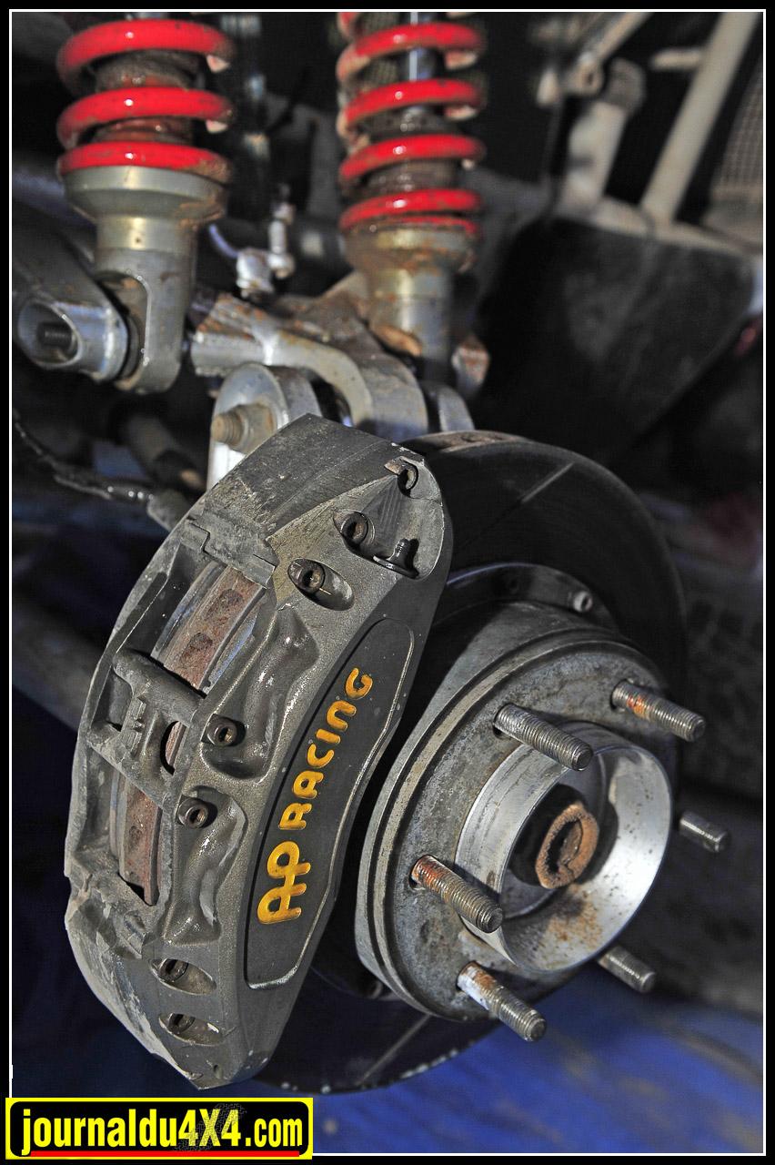 Afin de stopper ce Rav 4 on dispose de 4 ensembles étriers et disques ventilés/ rainurés  AP Racing en diamètre 320 mm.