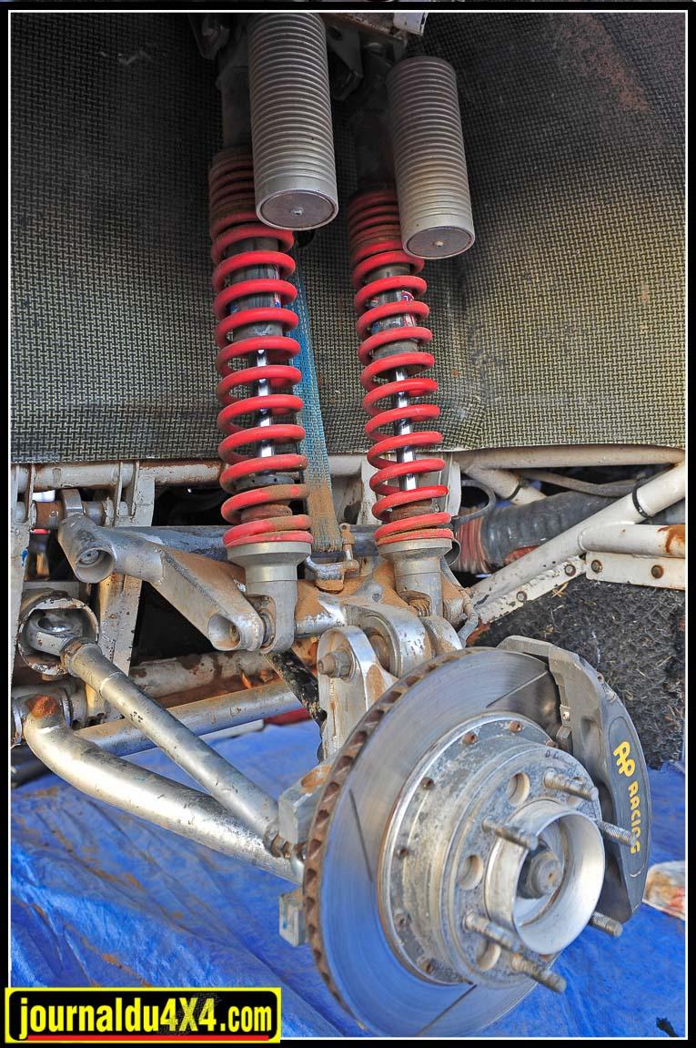 Articulations des suspensions indépendantes et transmissions furent réalisées par AD Sport. Les mécanismes de transmissions reprenaient comme base des différentiels Toyota. L'ensemble du châssis est protégé par un ski intégral.