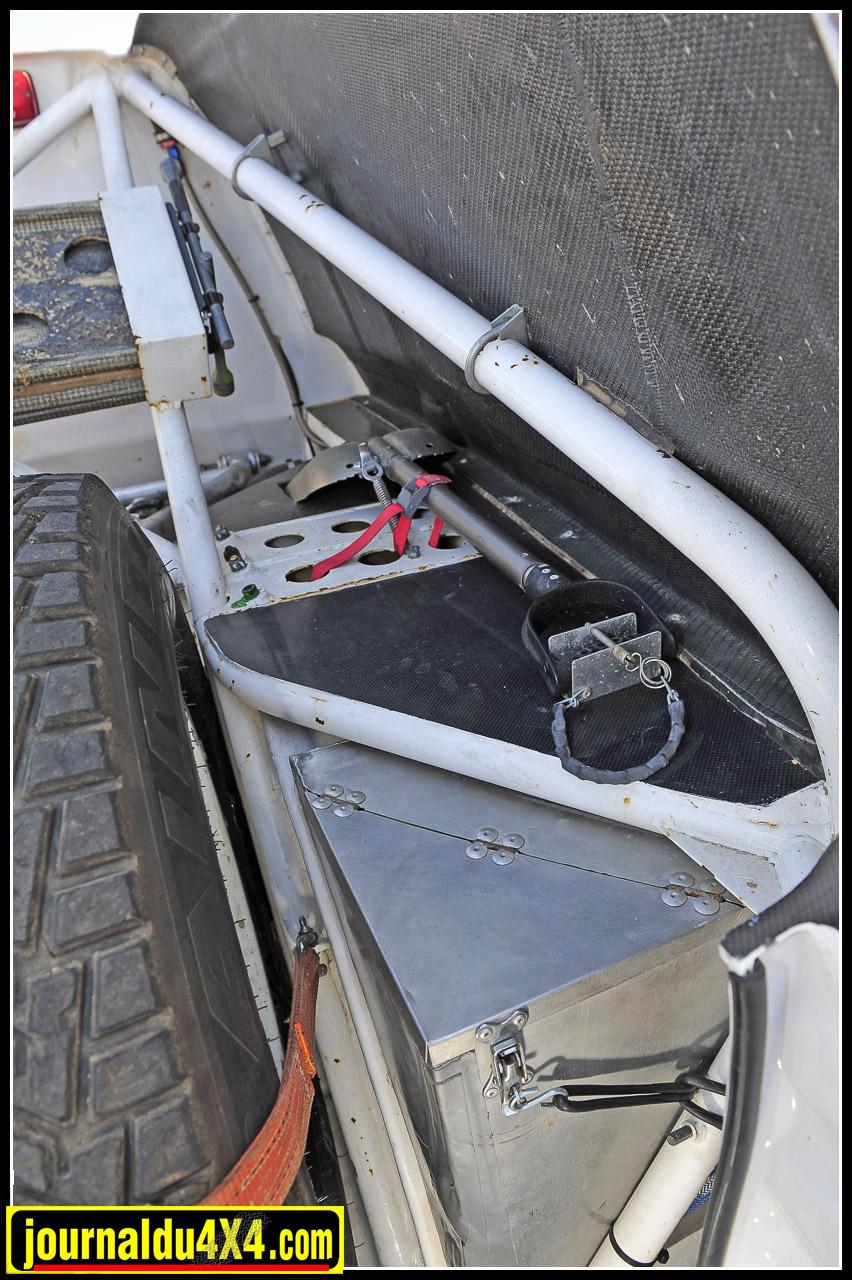 Peu de place en revanche pour l'équipage qui ne dispose que d'un petit coffre aluminium au-dessus de chaque passage de roue.