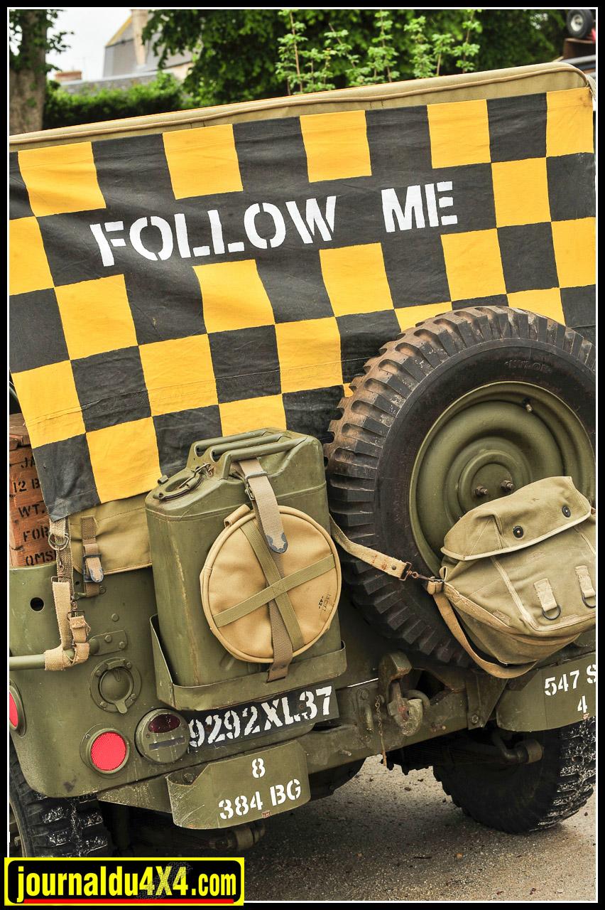 """""""Follow me"""" sur cette Jeep destinée à guider les bombardiers sur les pistes… Aujourd'hui on veut bien suivre ces jeunes filles!"""