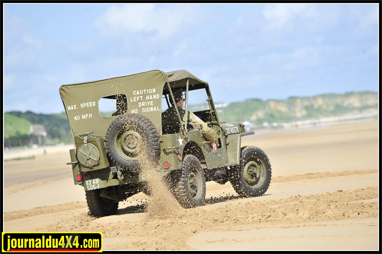 """Alors que la Jeep reste maîtresse des lieux d'autre véhicules légendaires tel ce DUKW (GMC amphibie), surnommé """"Duck"""", en profite pour manœuvrer à son aise."""