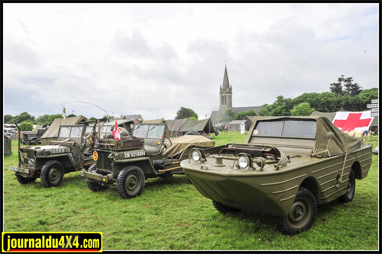 """Sur fond de clochers, la Normandie regorge de pièces restaurées avec le plus grand soin, telles que cette Willys """"Slat grill"""" (au centre) et cette GPA amphibie."""