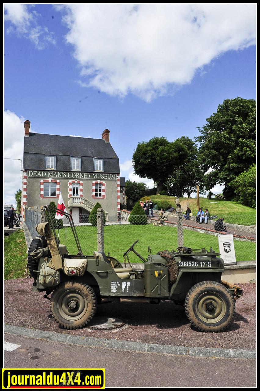 """Les Jeep racontent toutes une petite parcelle de l'histoire de ce conflit. Jean-Marc Viade et Alexandre Bermon en Chéchia du 64e RADB (Leclerc) encadrent """"Becassine"""". Né en 1942, elle est dans une forme resplendissante. Elle arbore aujourd'hui les attributs de la première Jeep à avoir été détruite lors de la libération de Paris à Athis-Mons."""