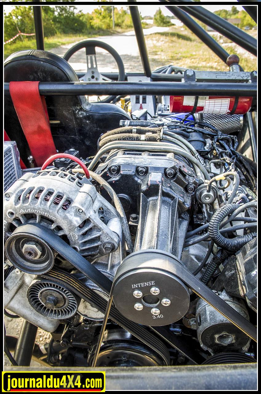 Le moteur est un V6 de 3.8l de cylindrée et développe environ 300 ch