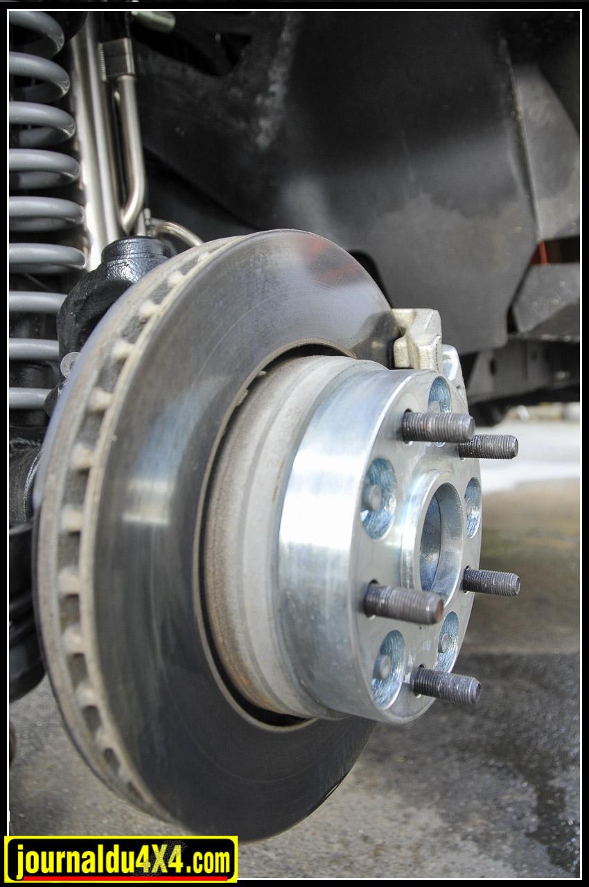 élargisseurs de voies (30 mm)  conserve au JK son agilité malgré une monte pneumatique plus importante.