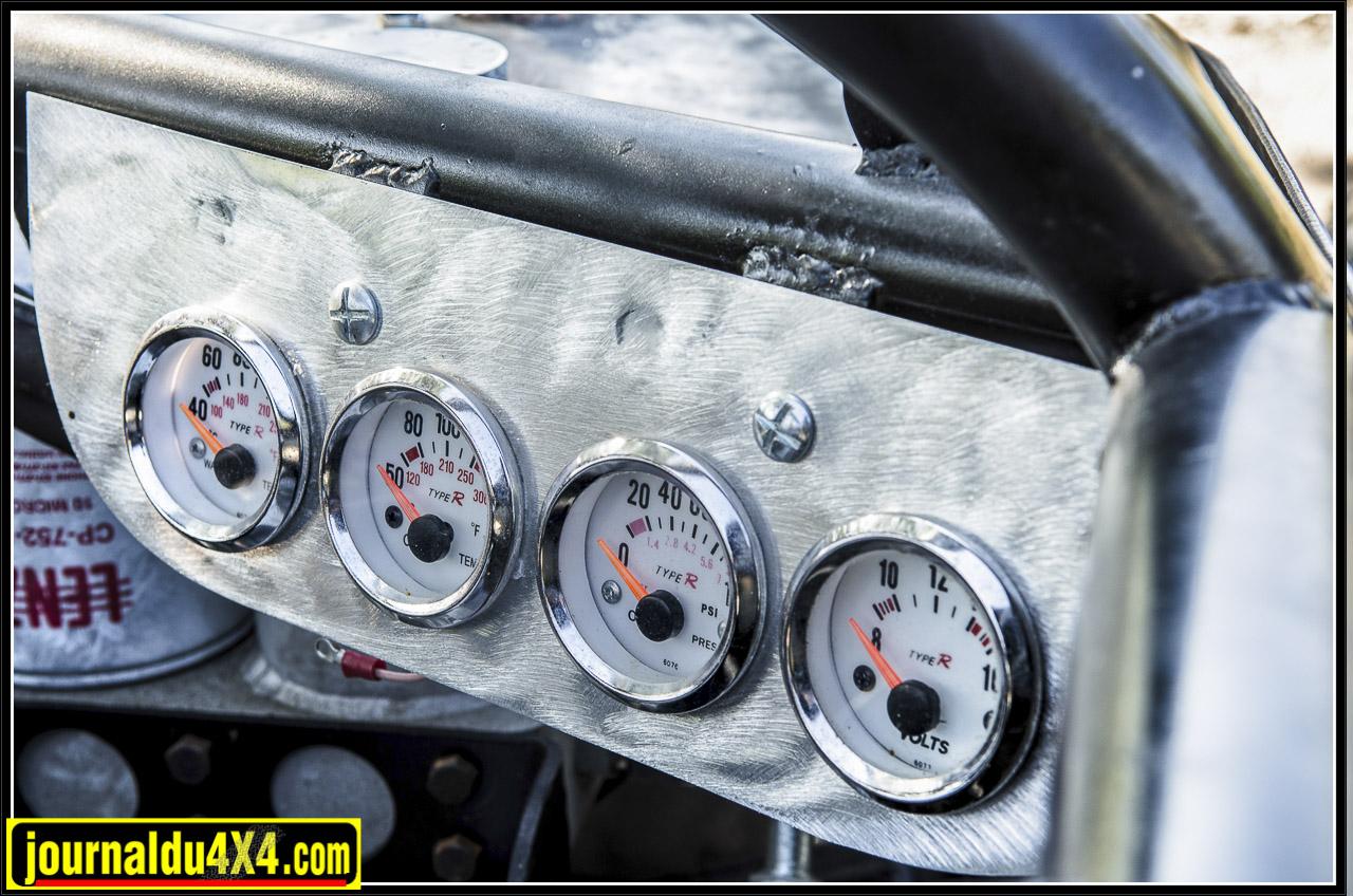les différents manomètres permettent de surveilleer le moteur