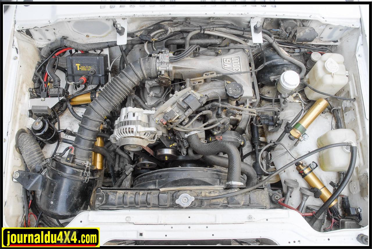 Sous le capot, on retrouve le 3,0 L V6 Mitsubishi qui fera le bonheur de bien des propriétaire du Pajero. Ici, pas de folie, avec la simple suppression de l'EGR on obtient 170 Ch (150 Ch d'origine) largement suffisant pour une plongée Polonaise. Un Schnorkel Safari mets à l'abri de l'eau ce V6 si solide.