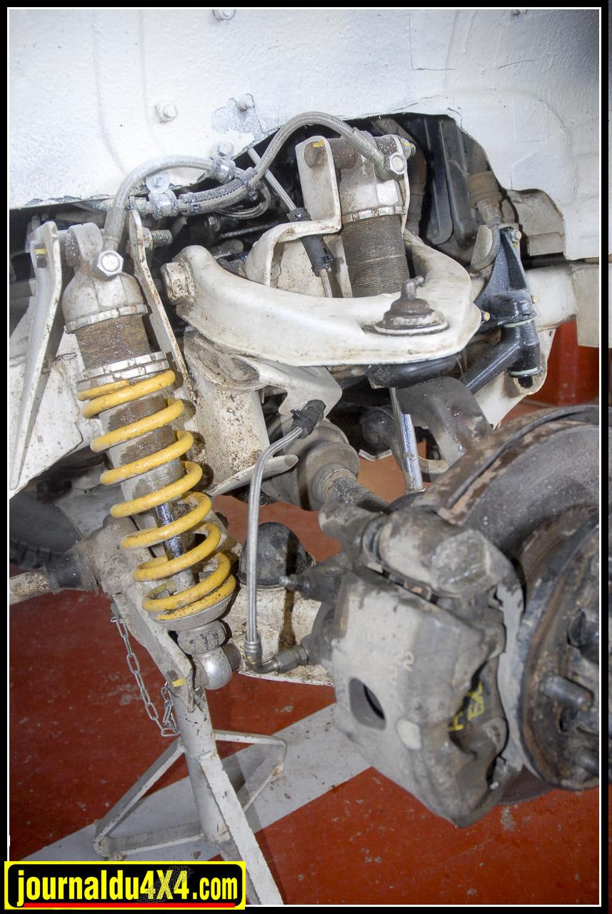 Les suspensions utilisent des combinés amortisseur/ ressort de références, autrement dit des Öhlins  montés en double. À l'arrière les ressorts Dobinson ont été retarés à + 30 Kg. On obtient ainsi une rehausse de 60 mm.