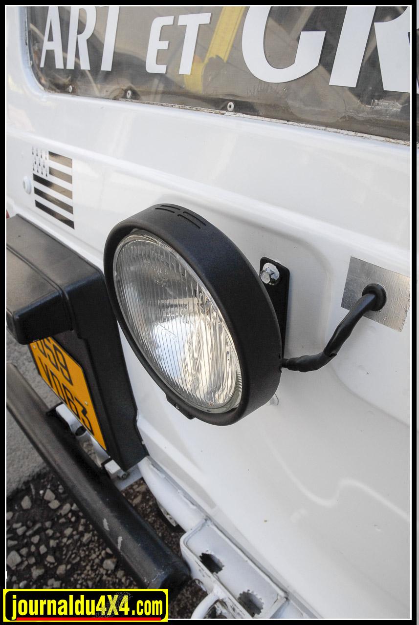 L'éclairage est primordial pour lorsque les spéciales finissent de nuit. Phare de travail à l'arrière, deux longues portées Microline à l'avant et les phares d'origines sont protégés.