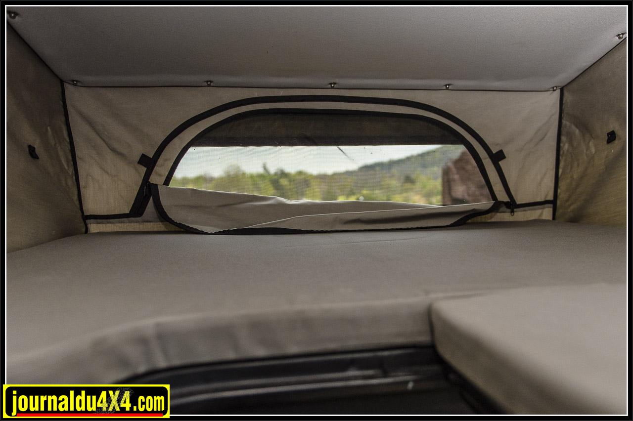 petite fenêtre avec moustiquaire à l'avant