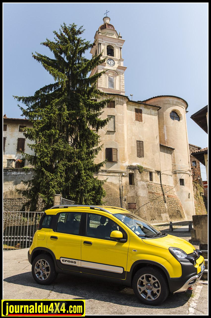 Le petit gabarit de la Fiat Panda Cross (370 cm) lui permet de se faufiler dans les ruelles des villages italiens