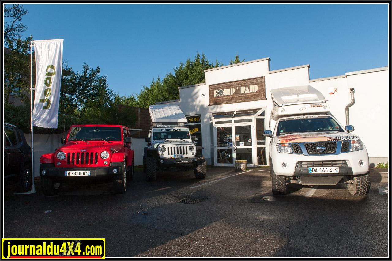 Une Jeep JK sortie de concession à côté de la préparation d'Equip'Raid
