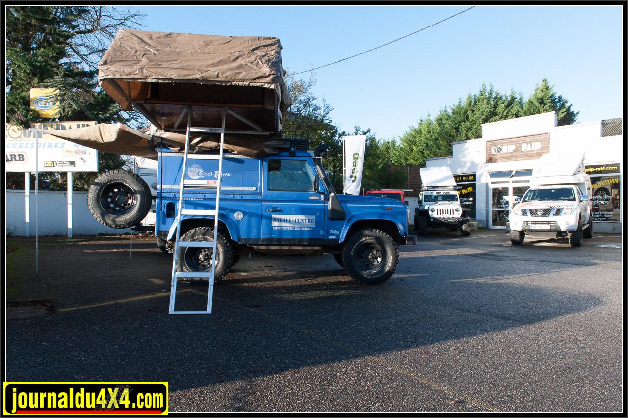 Une partie des véhicules exposés avec au premier plan, le Defender 90 d'Eezi Awn équipé d'une galerie et d'une tente de toit