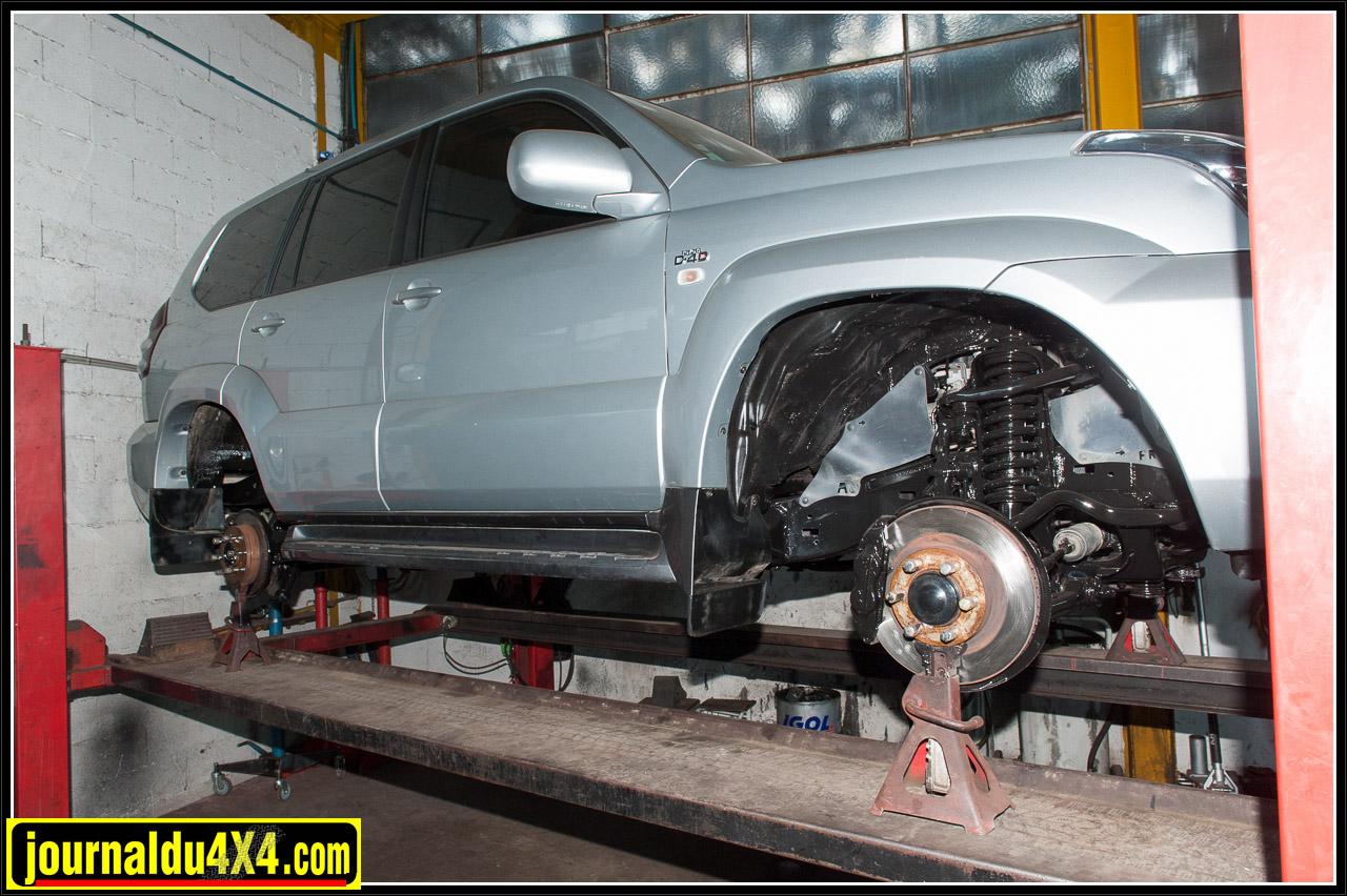 Un Toyota KDJ125 était exposé dans l'atelier pour montrer le traitement d'un châssis
