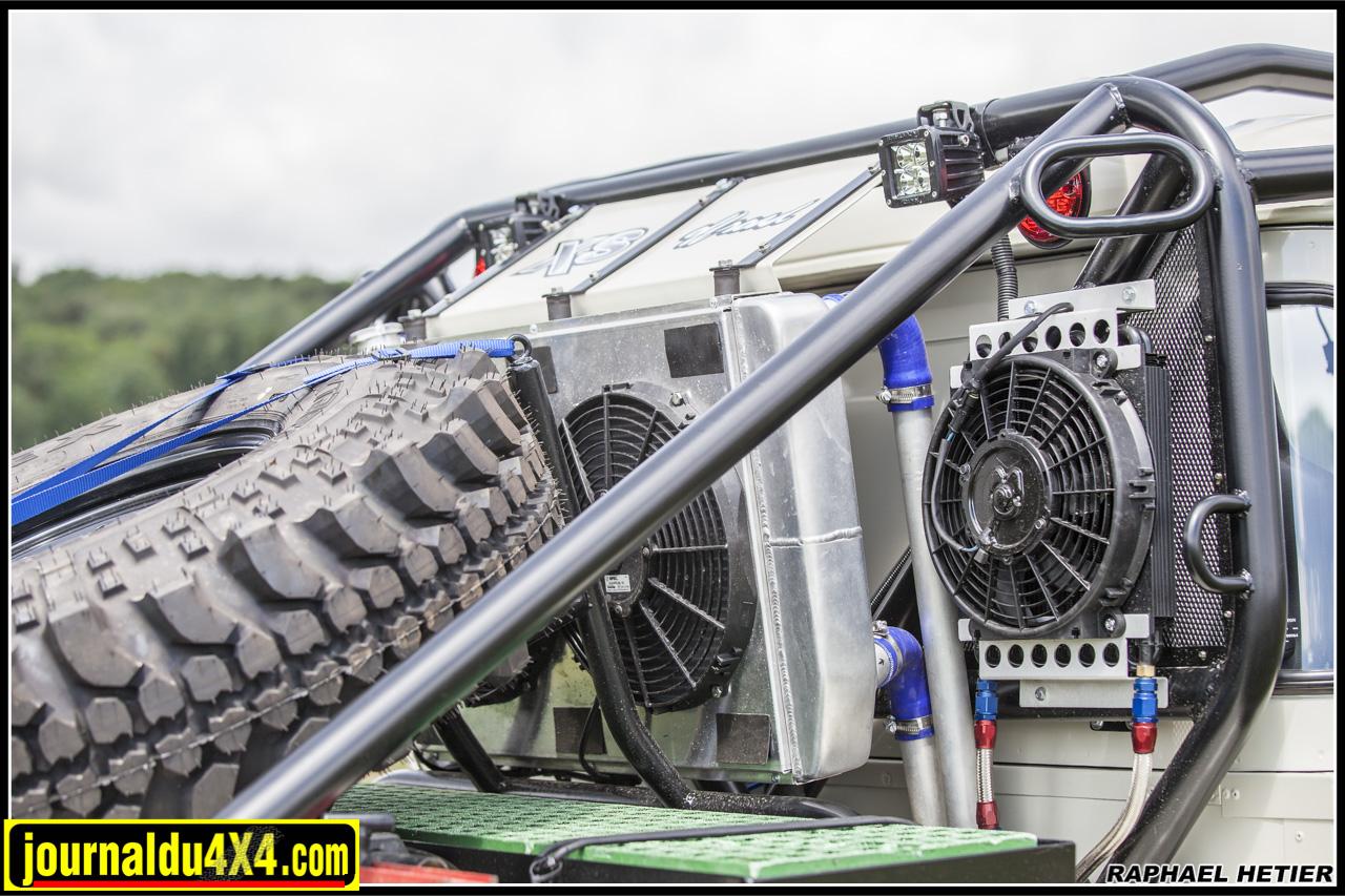 Au milieu le radiateur Griffin pour refroidir le moteur avec deux ventilateurs Spal, le circuit fait appel à une pompe électrique régulée par un contrôleur. Sur la droite le radiateur Deral d'huile moteur