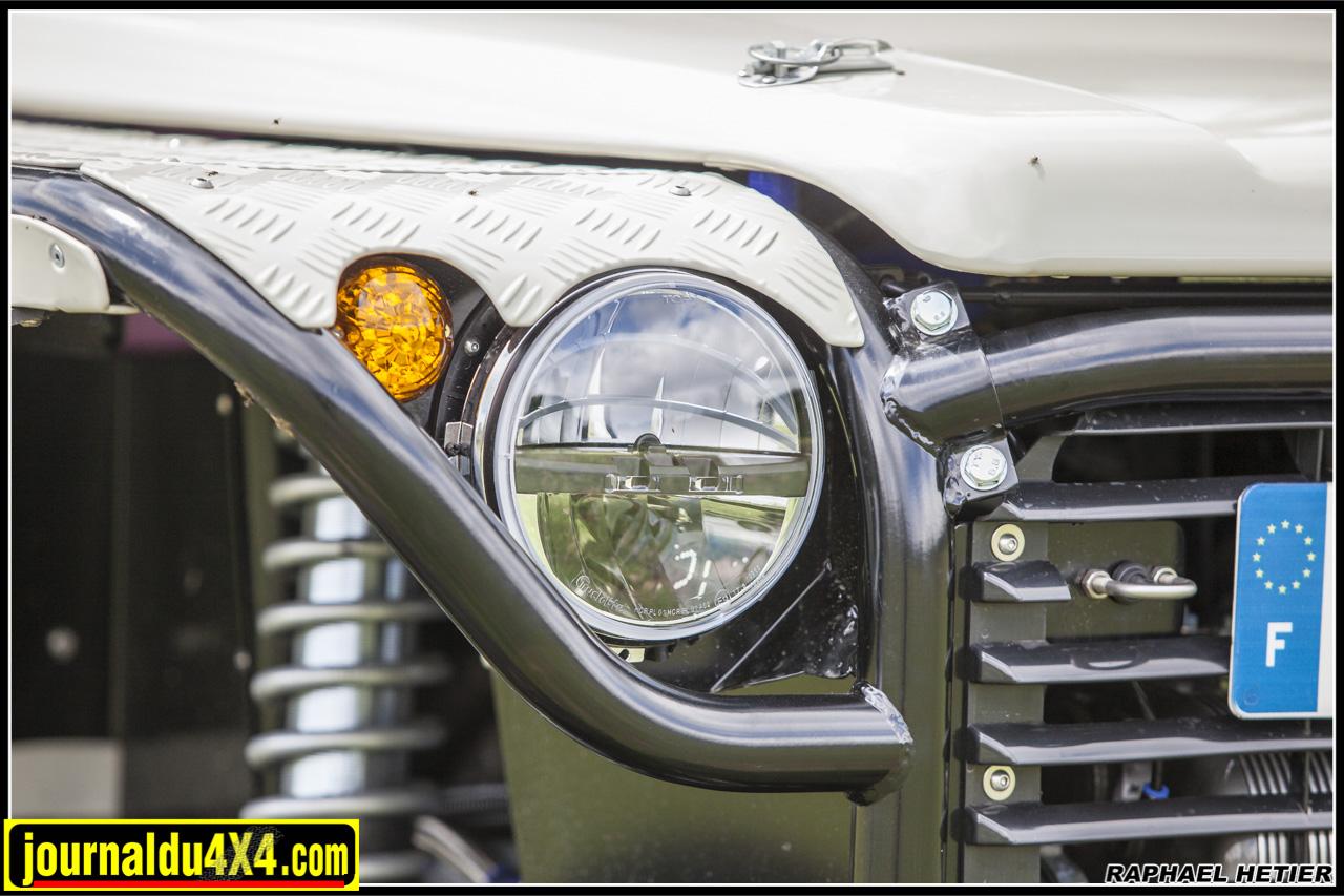les ailes tubulaires offrent une protection au bloc moteur, notez les phares à LED