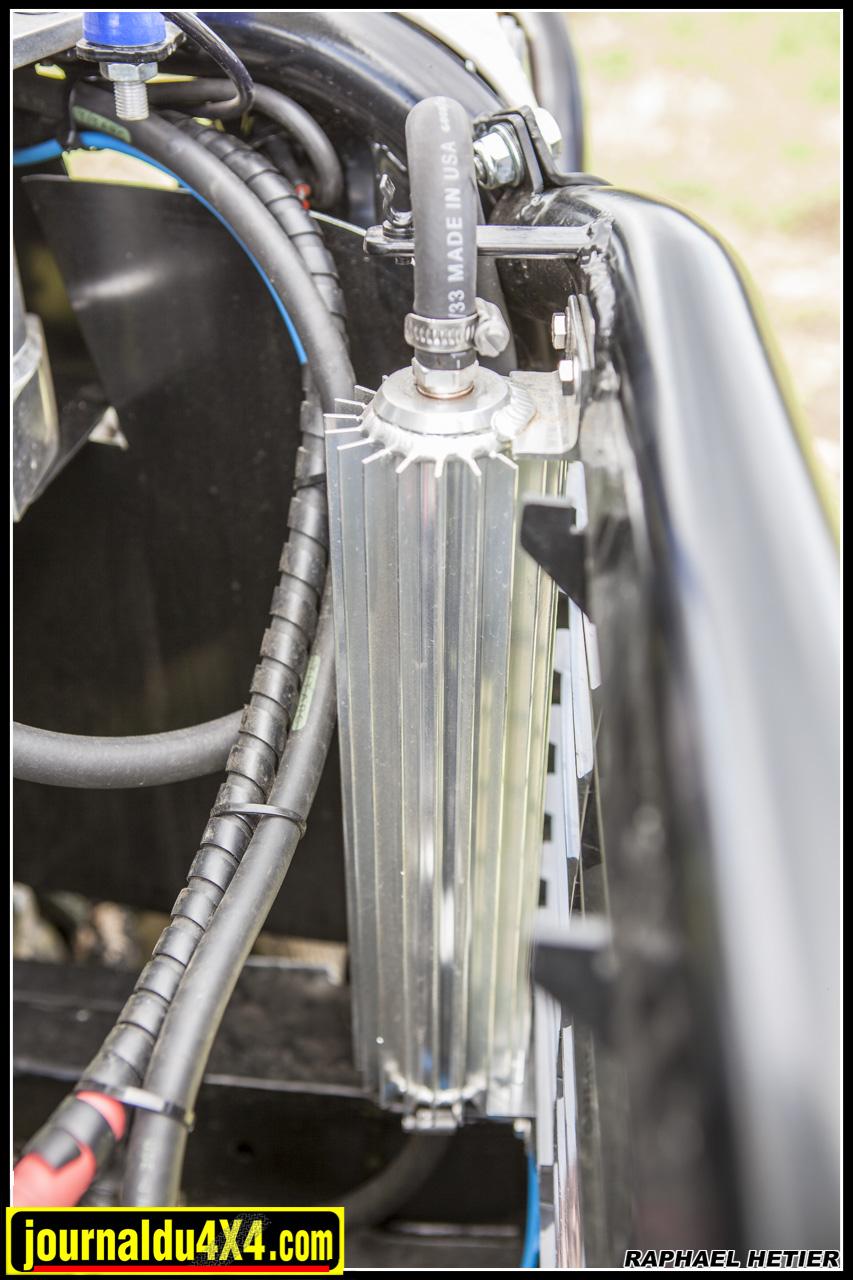 Ce radiateur à ailettes sert à refoirdie la direction hydraulique PSC