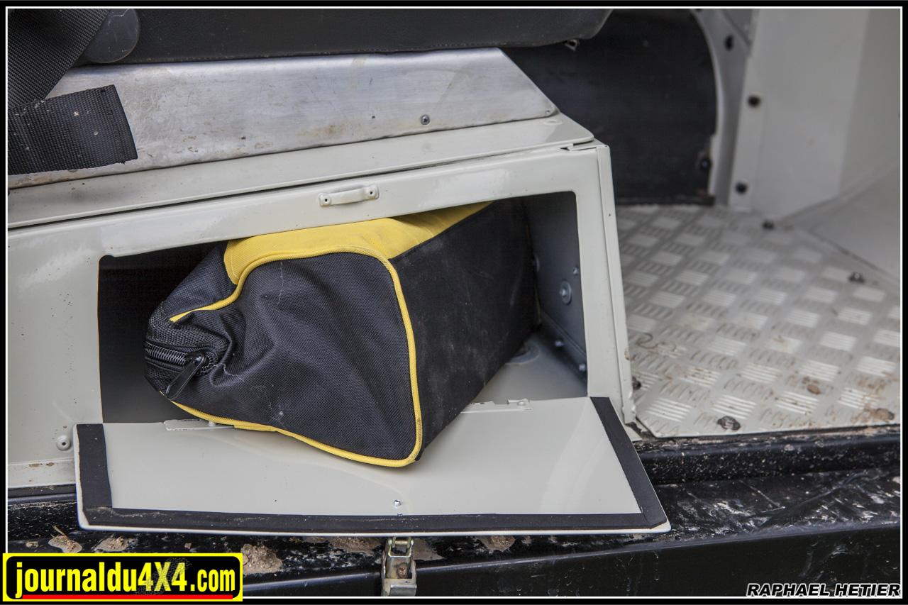 un astucieux rangement sous le siège passager