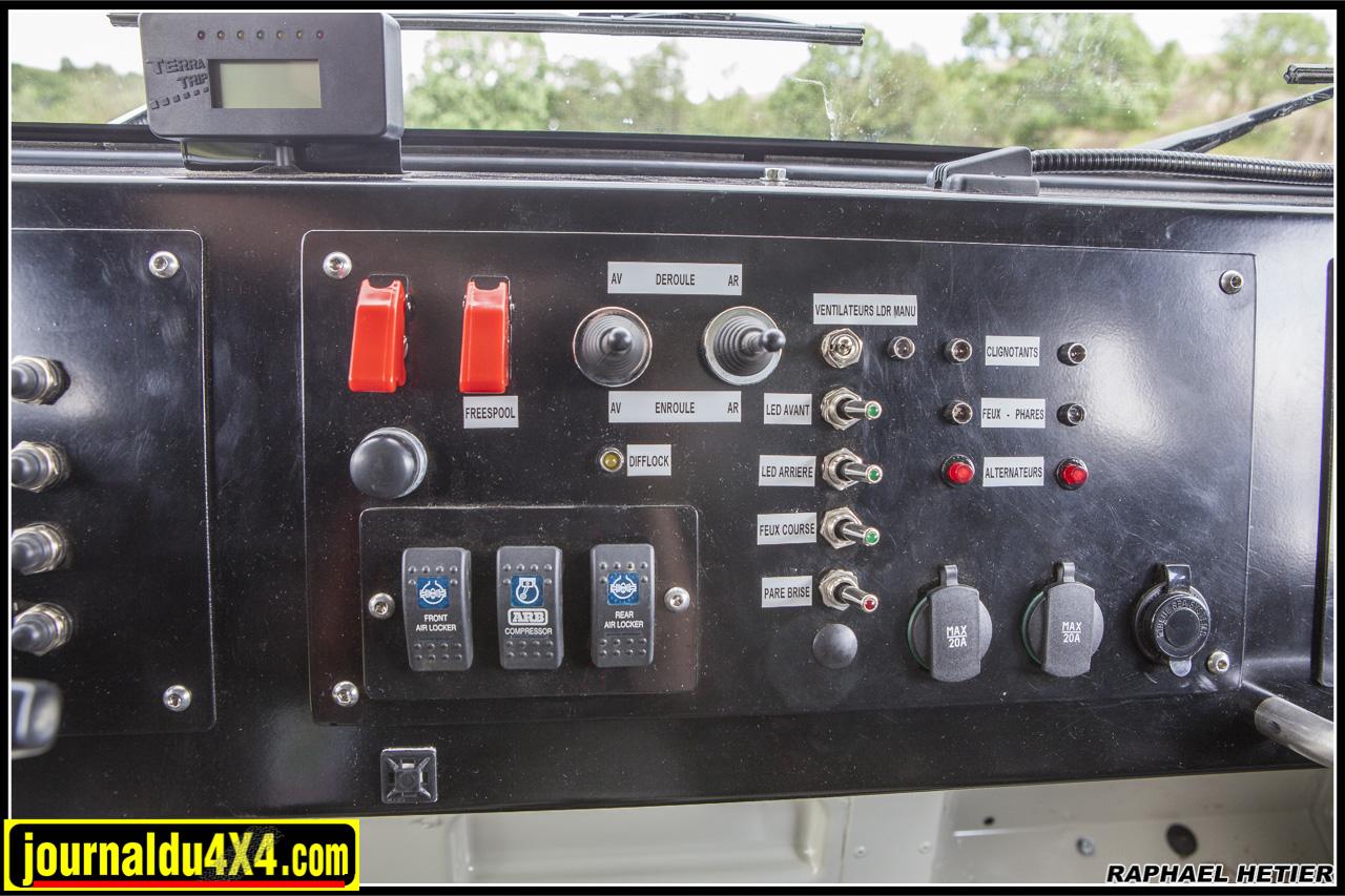 le tableau de bord pour gérer phares, treuil, ventilo, etc