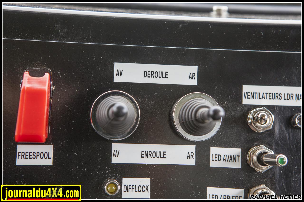 les commandes permettant d'enrouler et de dérouler les câbles sont facilement accessibles pour la main du pilote