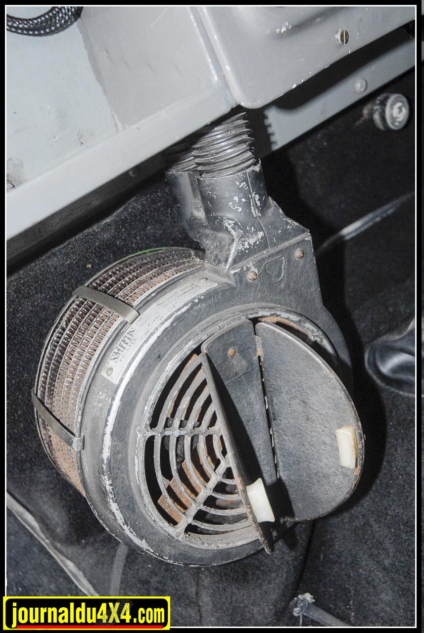Autre option, le chauffage Smith. Un collector à lui seul. Muni d'un moteur électrique pour le ventilateur, pour avoir un semblant de chauffage, il fallait ouvrir le capot et tourner un robinet situé au niveau de la pompe à eau pour dériver le circuit du liquide de refroidissement vers l'habitacle. Un serpentin en tuyau de cuivre permettait l'échange thermique dans le Smith soit vers les pieds, soit vers le pare brise selon l'ouverture des volets situés sur la face avant de cet ancêtre du chauffe-eau.