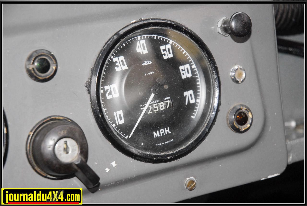 Sur ce modèle LHD (Left Hand Drive) conduite à droite, le compteur de vitesse est en  MPH (Miles Per Hour).