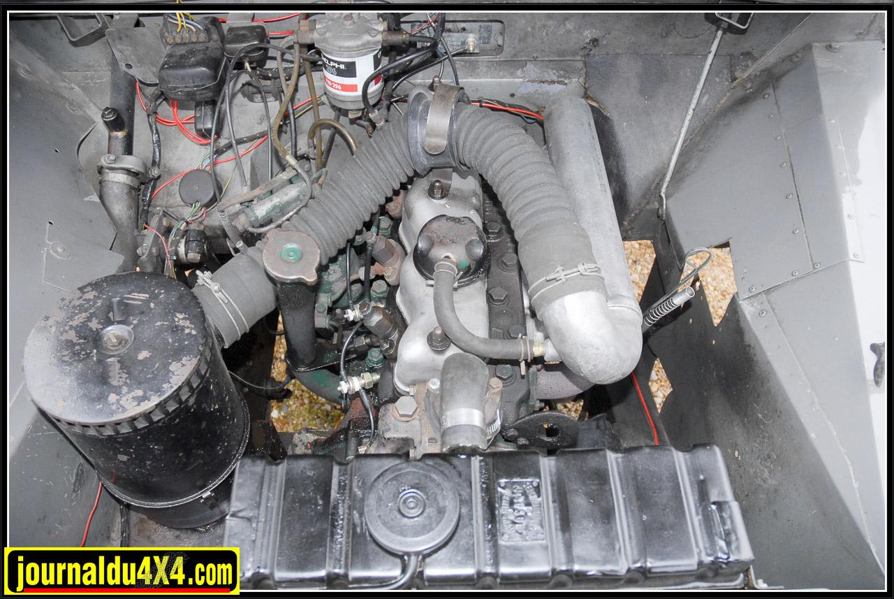 Ho horreur… S'exclamera le puriste. Un moteur qui n'est pas le 4 cylindres 2,0 L essence semi-culbuté  (53 Ch) d'époque sous le capot. Certainement, mais quel bonheur lorsque l'on passe à la pompe avec ce 2,25 L 4 cylindres diesel atmosphérique prélevé sur un Serie 3. Et puis on y gagne 10 Ch vapeur! Rappelons tout de même aux puristes parmis les plus extremistes, qu'un Serie 1 diesel n'est pas une si grande hérésie. En juin1957, les 88' Serie 1 hard top (utilitaire) étaient disponibles avec un moteur diesel 2052 cm3 dérivé du moteur essence donné pour 52 Ch. Ces modèles sont de véritables moutons à cinq pattes puisqu'ils représenteront à peine 10% des ventes de l'époque.