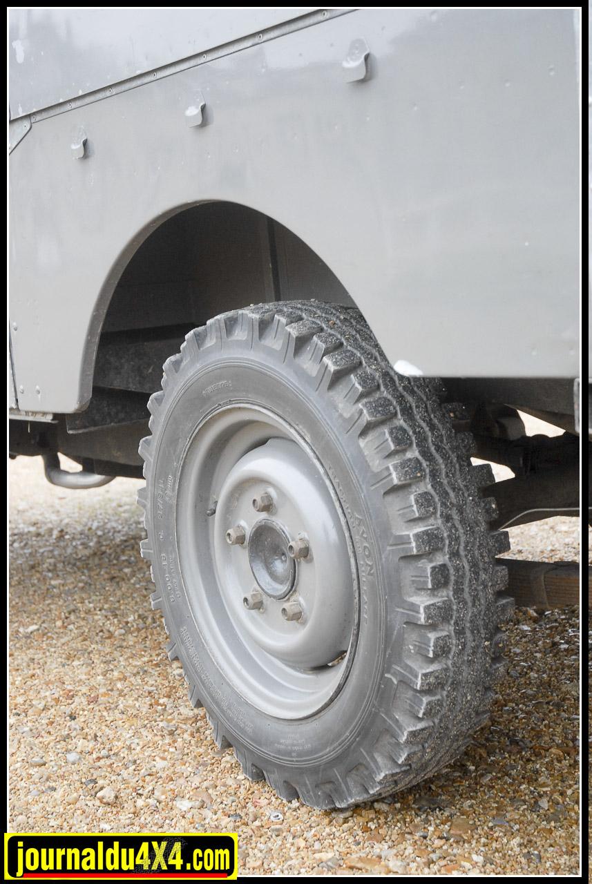 Olivier est rentré de sa dernière balade en Angleterre avec les fameux pneus Avon en 600 x16 montés à l'époque.