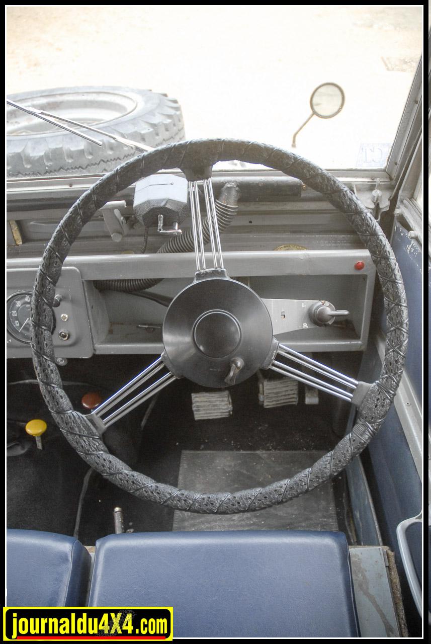 Les commandes de codes/phares et  de klaxon se trouvent encore sur le moyeu du volant. À droite, la commande des clignotants était optionnelle.