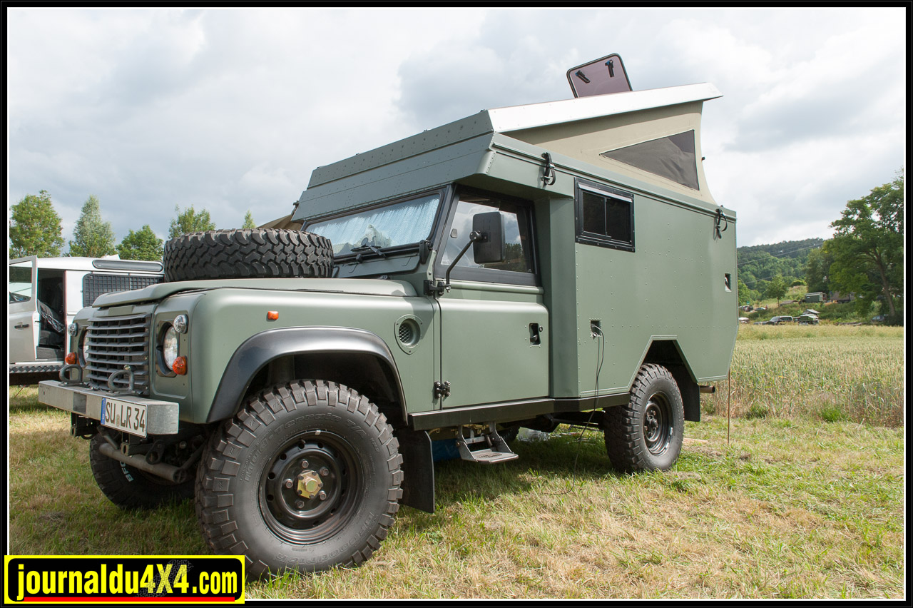 Land Rover 110 Station Wagon de 1984 transformé avec une cellule d'ambulance de série IIA et équipé d'un toit relevable