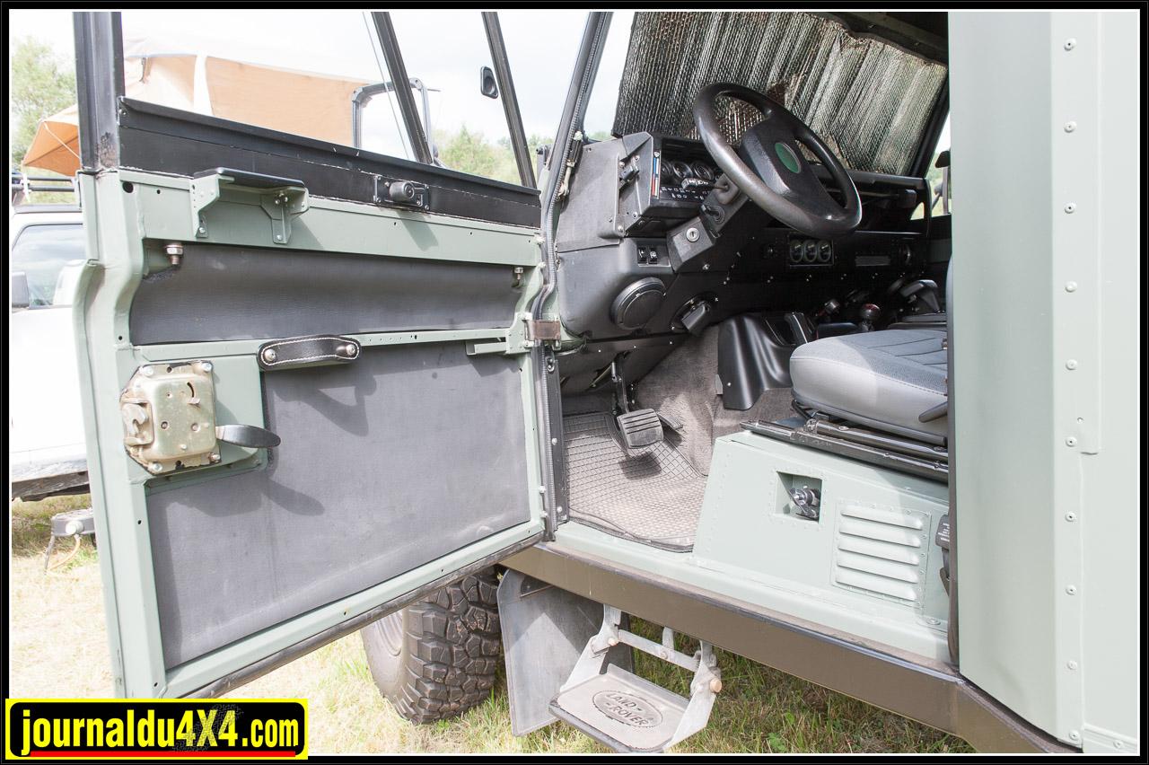 Les marchepieds latéraux facilitent l'accès au véhicule