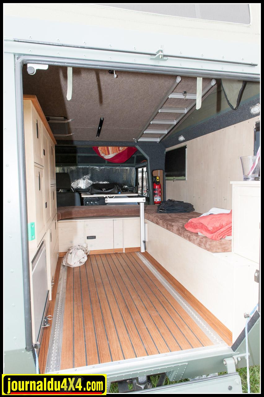 L'espace de vie est spacieux et le plancher est en teck