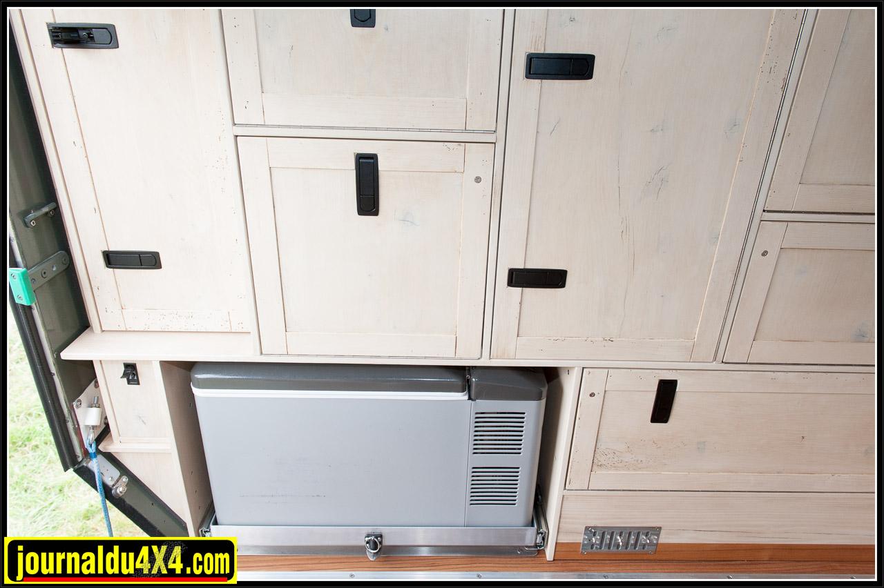 Le réfrigérateur Engel est bien intégré dans le mobilier