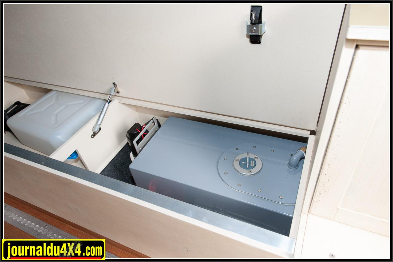 La banquette intègre un réservoir d'eau en Inox de 40 litres