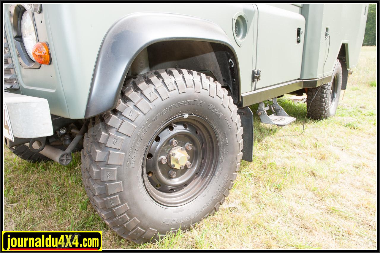 Des pneus Mud Terrain sur jantes Wolff et des mains meneuses renforcées