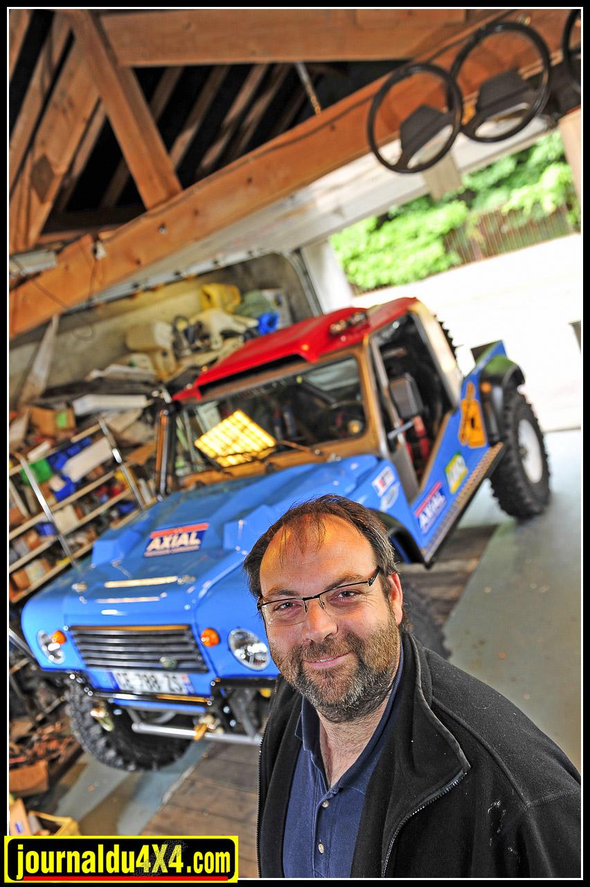 Depuis 15 ans que Luc a découvert les Land Rover, il est devenu un véritable spécialiste. Il éprouve un intérêt particulier  à maîtriser le réglage des V8 Rover. Dans son petit atelier, il a préparé toutes ses autos destinées au Breslau