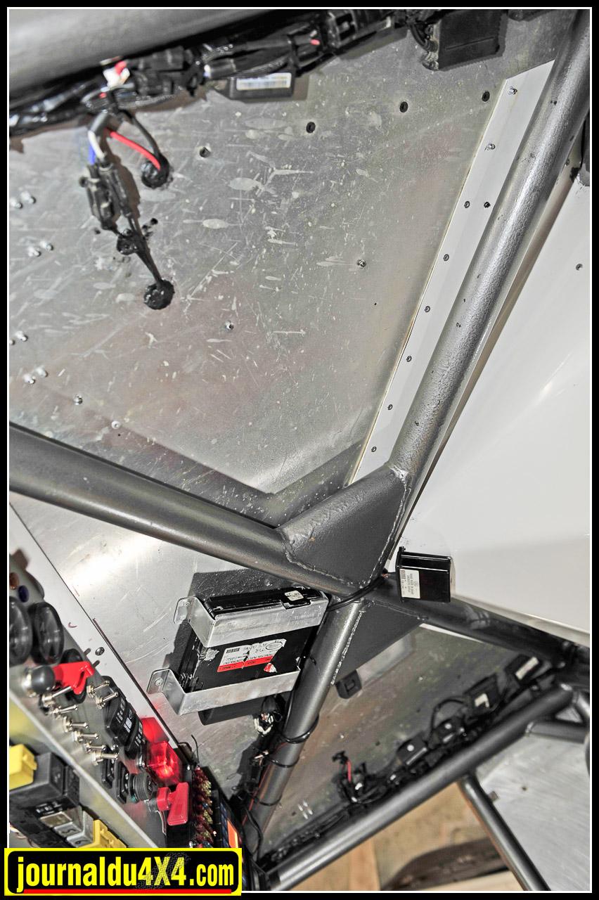 """Le boîtier du V8 (d'origine TVR) est placé au plus haut. Souvent en cause lors des pannes """"Vaudou"""" du bloc Rover, il est ici relié à un boîtier diagnostique de Range Rover version USA qui permet de s'informer sur les codes pannes de l'injection."""